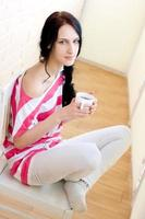 caucasien, jeune femme, à, tasse thé photo
