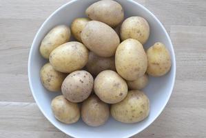 pommes de terre bio dans un bol blanc - studio tourné d'en haut photo