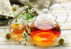 thé vert aux herbes bio avec des fleurs de camomille fraîche photo