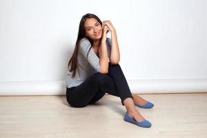 jeunes femmes brune assise sur le sol photo