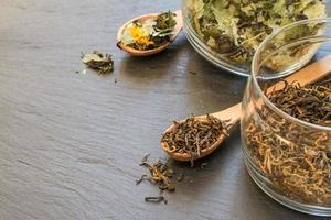 thé noir et aux herbes dans des bocaux en verre