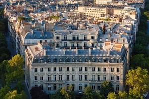 Bâtiment haussmannien avec façade curviligne et toits de paris, france photo