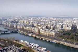 vue depuis la tour eiffel sur le pont de bir hakeim photo