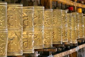 roues de prière bouddhiste
