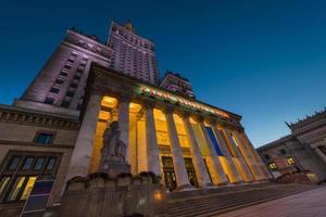 Palais de la culture à Varsovie pendant la nuit. photo