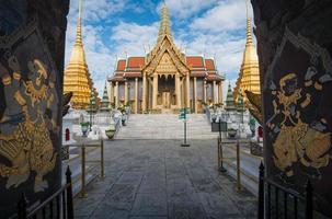 muraliste thaïlandais dans le grand palais royal photo