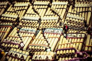 authentiques flûtes sud-américaines sur le marché local au Pérou.