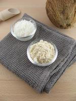farine de noix de coco et noix de coco râpée photo