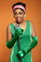 femme soul funk vintage chantant. afro-américain noir.