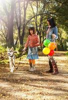 famille heureuse, marche, dans parc photo