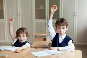 étudiant diligent assis au bureau, salle de classe photo