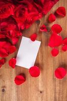 bouquet de roses sur un bureau en bois