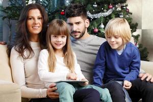 famille heureuse, à, arbre noël photo