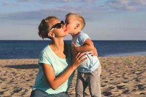 famille heureuse, reposer plage, dans, été