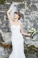 magnifique jeune mariée appréciant le jour du mariage. été, jeunes mariés. photo