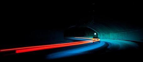 sentiers de lumière de voiture dans le tunnel photo