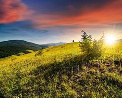 domaine agricole dans les montagnes au coucher du soleil