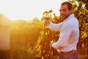 homme avec un verre de vin rouge photo