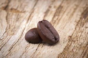 grains de café torréfiés en bois photo