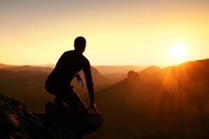 randonneur prendre de détente et profiter du coucher de soleil à l'horizon. effet vif. photo