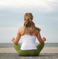 vue arrière, jeune femme, dans, pose yoga, plage photo