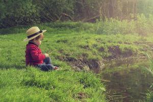 mignon enfant jouant au bord de l'eau photo