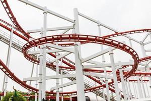 boucles de montagnes russes dans le parc d'attractions photo