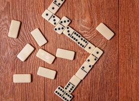 morceaux de domino sur le fond de table en bois brun photo