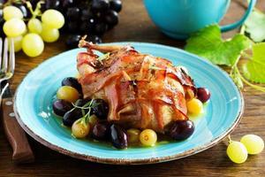 caille farcie au four avec sauce aux raisins.