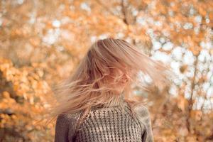 femme, laisser tomber, feuilles photo