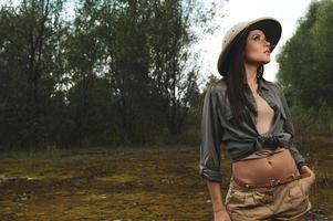 femme safari dans le marais du matin photo