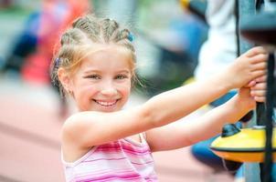 petite fille sur une aire de jeux photo