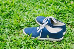 baskets dans l'herbe verte photo