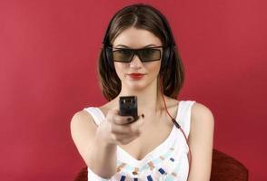 belle fille jouant au jeu vidéo 3d isolé sur fond rouge photo