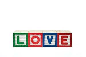 l'amour par bloc jouet isolé sur fond blanc photo