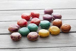macarons colorés sur bois gris photo