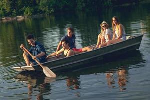 amis appréciant sur un bateau photo