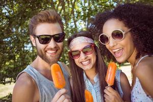amis hipster appréciant les sucettes glacées photo