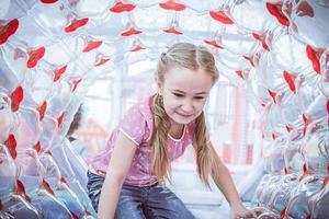 fille heureuse, appréciant dans la cour de récréation photo