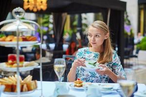 belle jeune femme appréciant le thé de l'après-midi