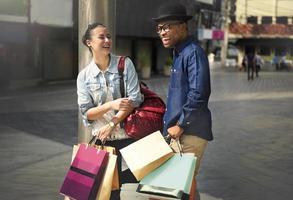 Shopping couple capitalisme appréciant le concept de dépenses romantiques photo