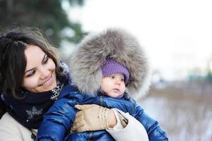 famille heureuse, apprécier une promenade dans le parc d'hiver