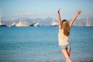 jeune fille profitant de ses vacances au bord de la mer photo