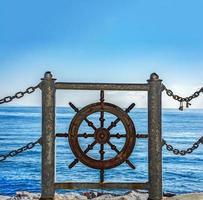 gouvernail et vue sur la mer photo