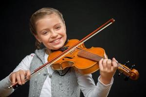 jolie fille jouant du violon photo