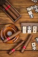 cigares cubains et jeu de domino traditionnel photo
