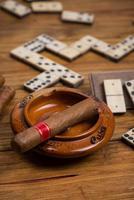 cigare cubain sur table avec jeu de dominos photo