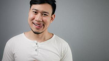 homme asiatique avec l'estomac plein. photo