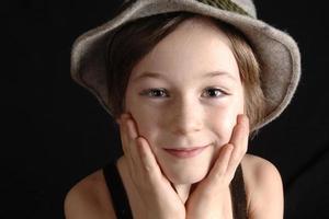 garçon avec chapeau photo