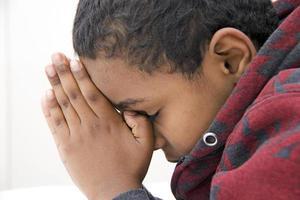jeune enfant priant photo